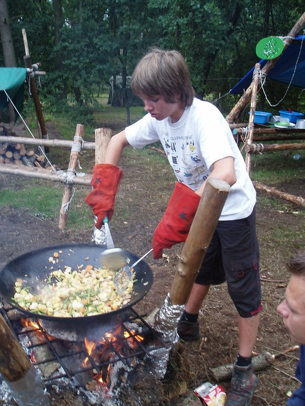 Scouts koken op kamp